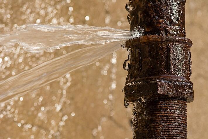 Qu'est-ce qui peut provoquer une fuite d'eau sur un tuyau enterré ?
